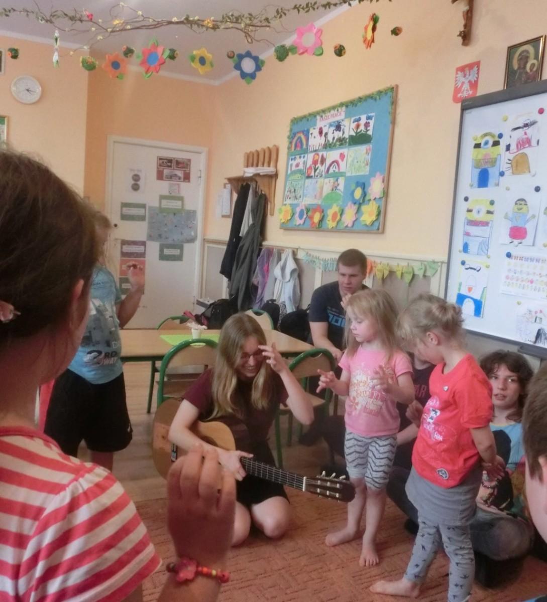 Biete für die Kinder in der Einsatzstelle verschiedenen Aktivitäten an....